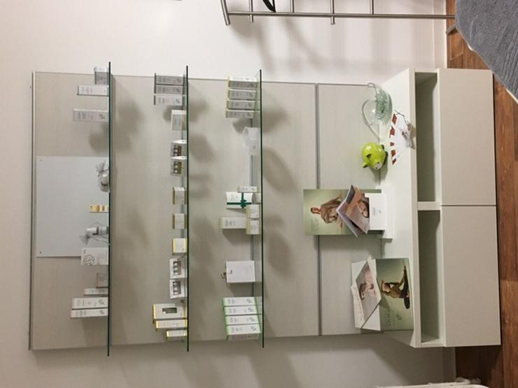 Alu-Glasregalwand zur Produktpräsentation, Kosmetik - Schränke & Regale - Bild 1