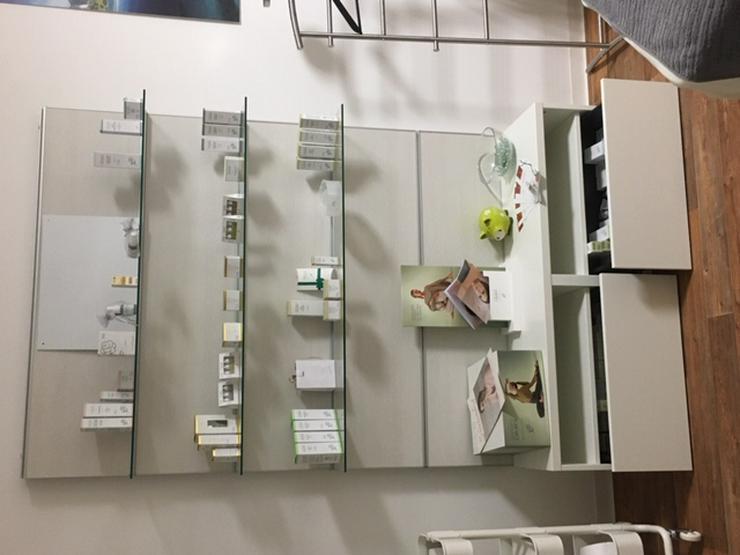 Bild 2: Alu-Glasregalwand zur Produktpräsentation, Kosmetik