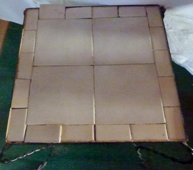 Bild 2: Eisentisch mit getreten Füße
