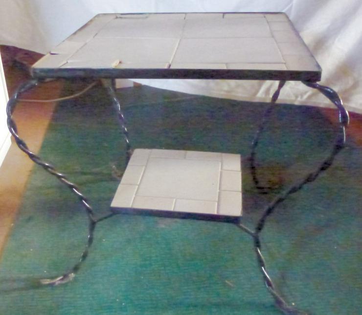 Eisentisch mit getreten Füße
