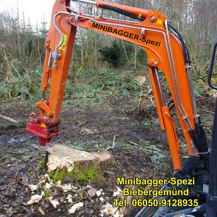 Bild 15: Minibagger mit und ohne Fahrer  /  Baumstumpf entfernen