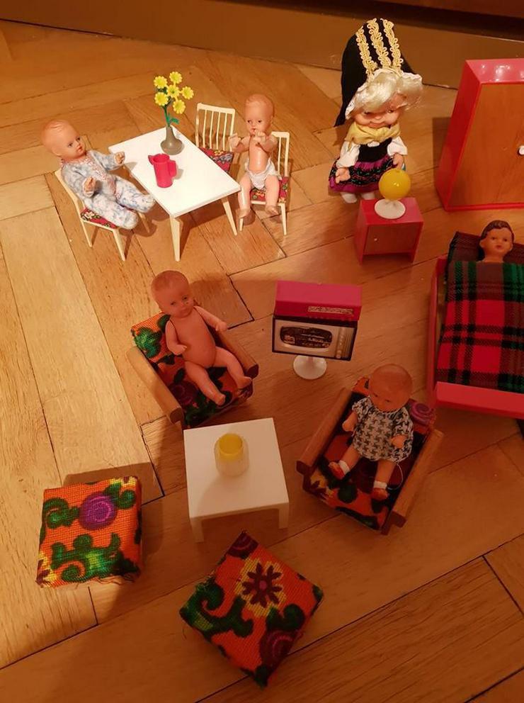 Puppenstubenmöbel inkl. Puppen aus der DDR
