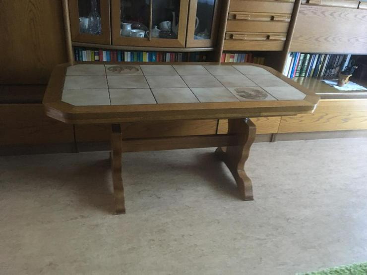 Holztisch mit Fliesenspiegel
