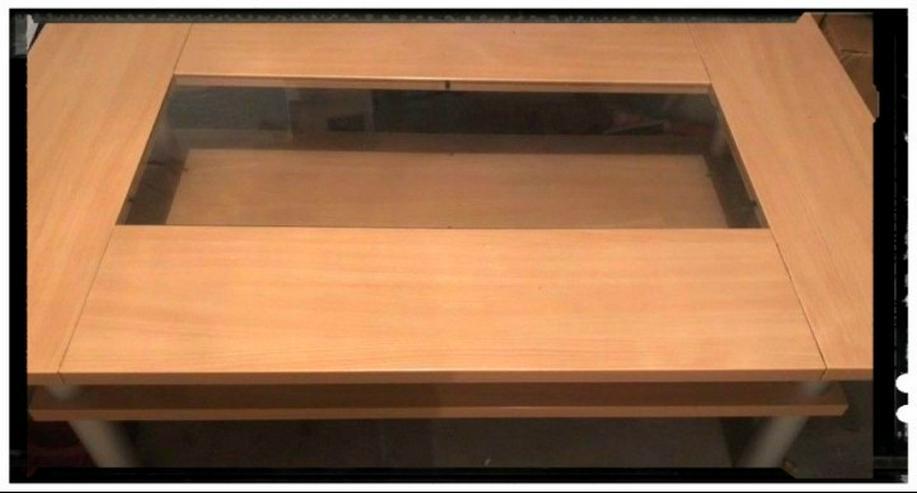 Schöner massiver Holztisch mit Glasplatte