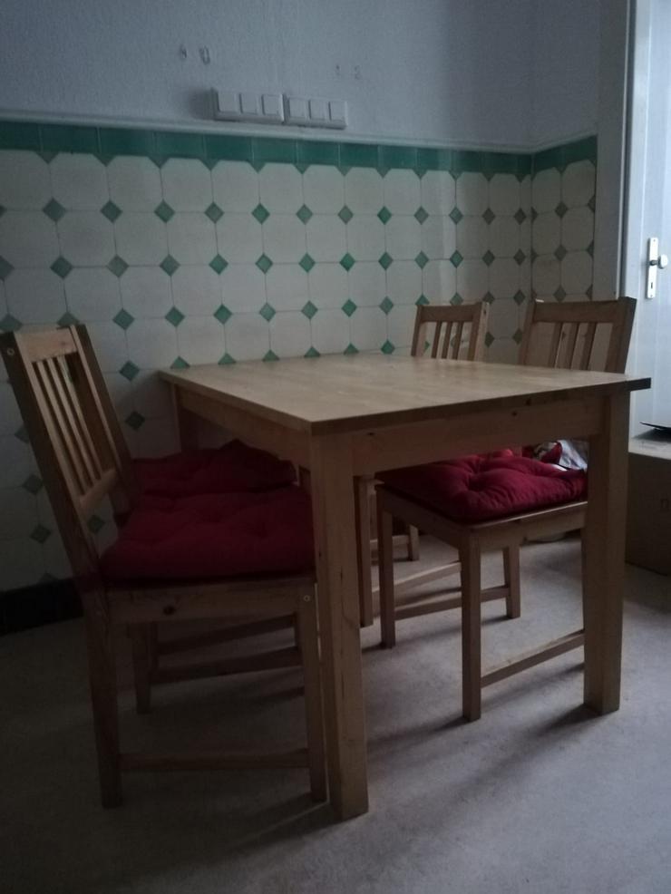 Sitzgruppe (Tisch + 4 Stühle) abzugeben