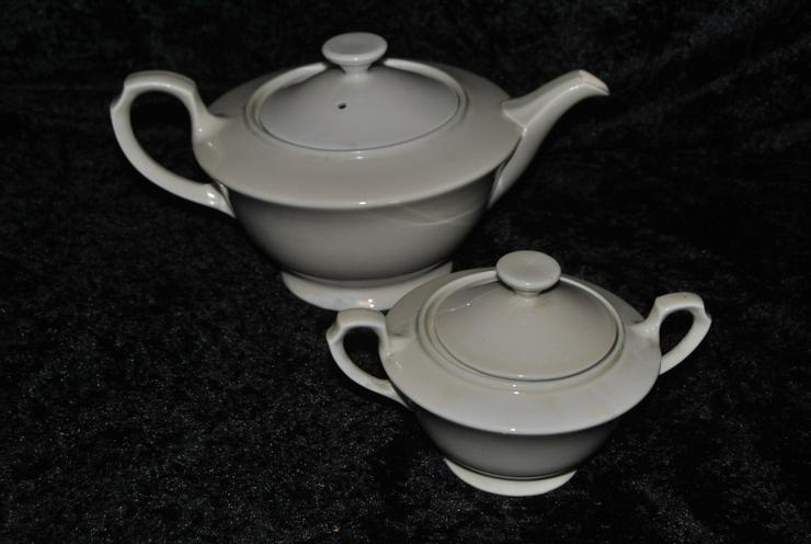 Antike Porzellan Teekanne und Zuckerdose / Kanne und Dose beigefarben