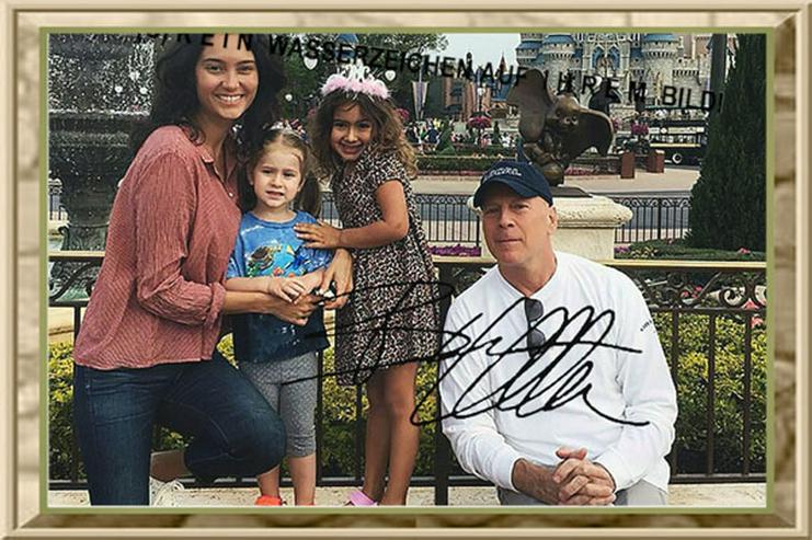 BRUCE WILLIS mit Frau und Kindern in Disneyland.