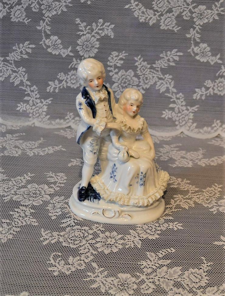 Porzellanfigur weiß-blau Mann und Frau auf Podest.