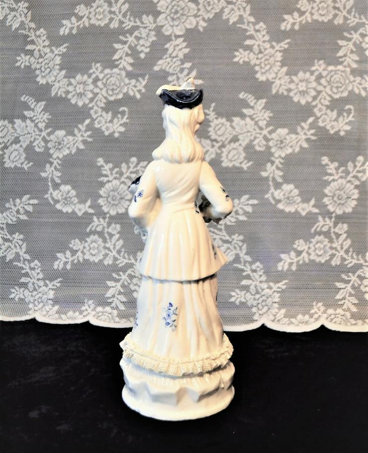 Bild 2: Porzellanfigur Frau, weiß-blau.