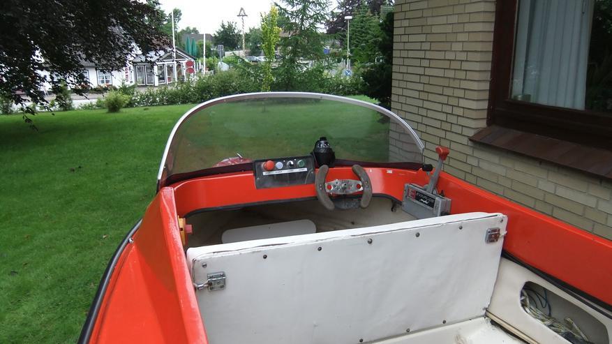 Bild 4: Motorboot mit Straßentrailer