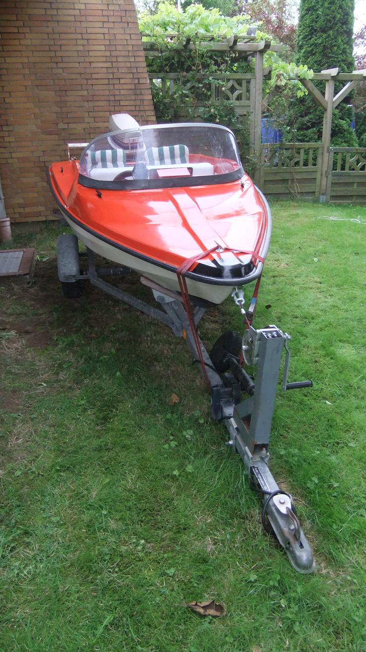 Bild 3: Motorboot mit Straßentrailer