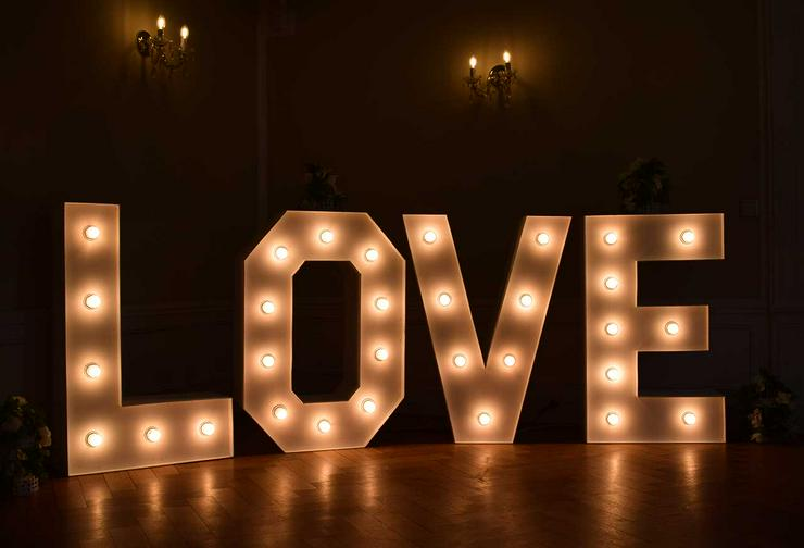 Leuchtende Buchstaben LOVE mieten, XXL Buchstaben, Hochzeitsdeko