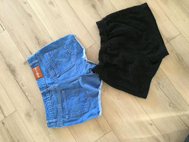2 kurze Damenhosen, 1 x Jeans von FBsister und 1 x schwarze Stoffhose von pageone Grösse M