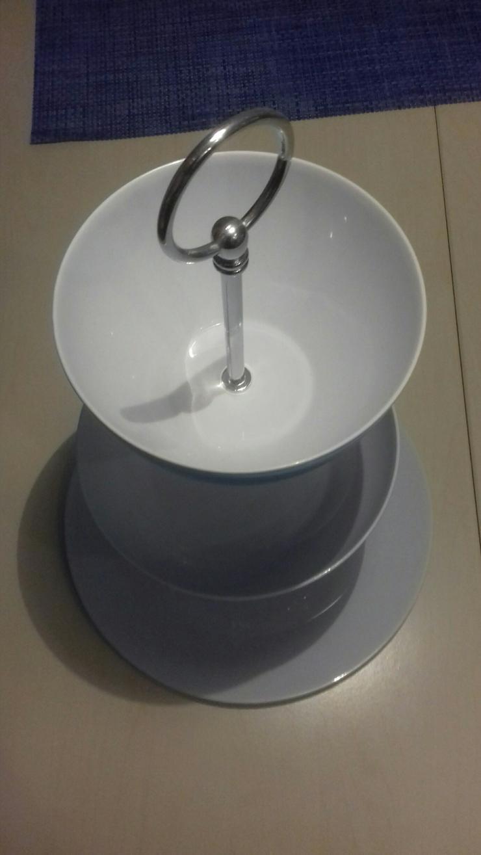 Bild 2: Etagere aus Kunststoff