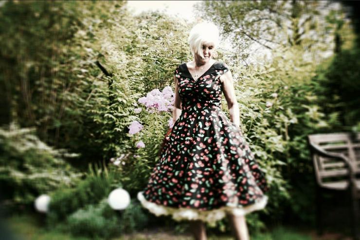 Mit Petticoat und großer Klappe
