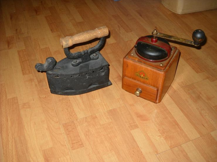 Kaffeemühle und Bügeleisen aus Omas Küche