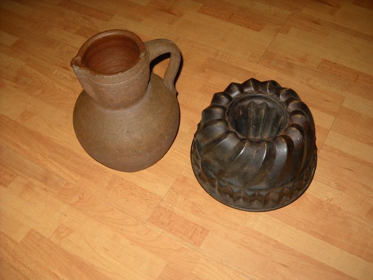 Alter Steinkrug und alte Kuchenbackform aus Omas Zeiten zu verkaufen