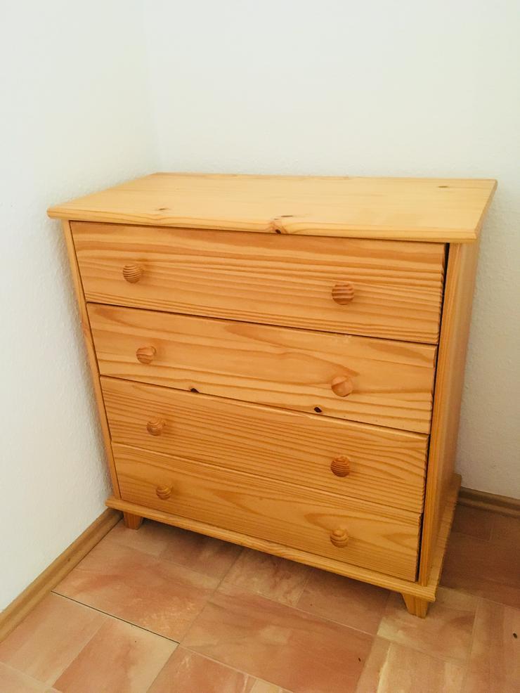 Bild 2: Schrank aus Holz