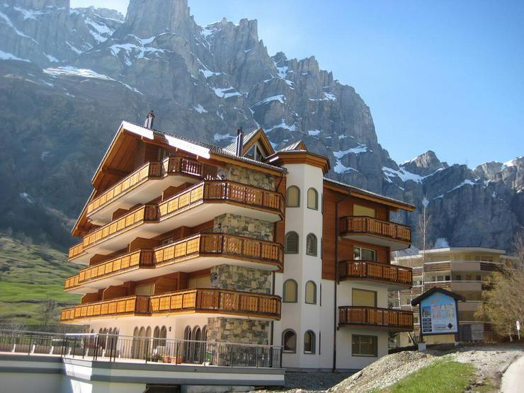 Haus GOLF C, moderne 2.5-Zimmerwohnung an ruhiger Lage mit grossem Balkon und schöner Aussicht