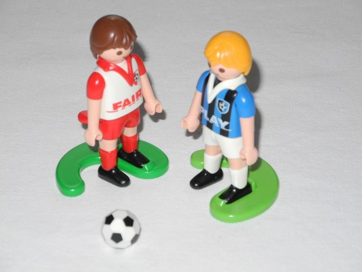 2 Playmobil Fußballspieler mit Ball - Menschenfiguren - Bild 1
