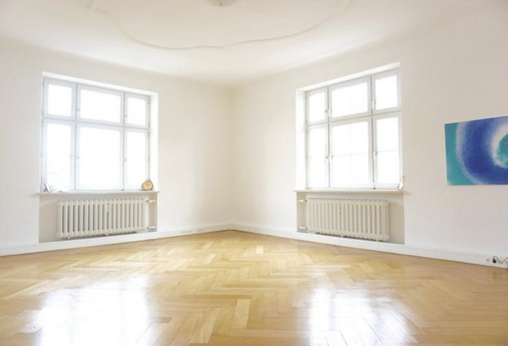 Großer, heller und sehr schöner Raum (knapp 35 m²) in Altbaupraxis
