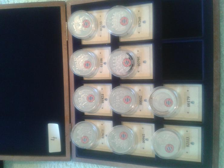 Bild 3: 45 Bayern München Erinnerungsmedaillen in einer schmucken Holzkiste