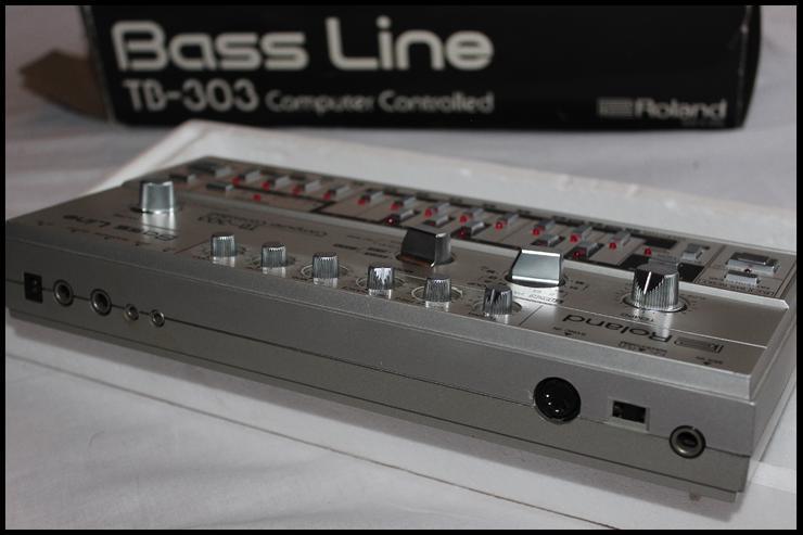 NEU!! Vintage Roland TB303  Bass Synthesizer - mit Zubehör!!! - Keyboards & E-Pianos - Bild 1