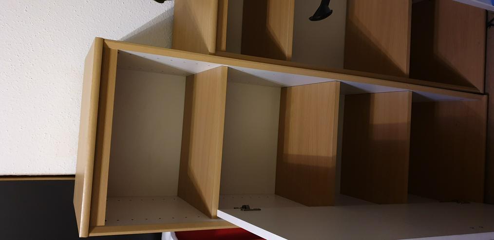 Bild 2: Regal Wohnzimmer mit Tür
