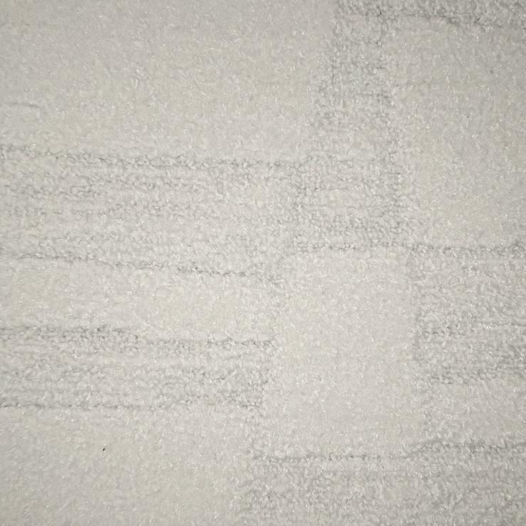 Sehr schöne weiße Teppichfliesen. Sehr dekorativ! Bodenbelag