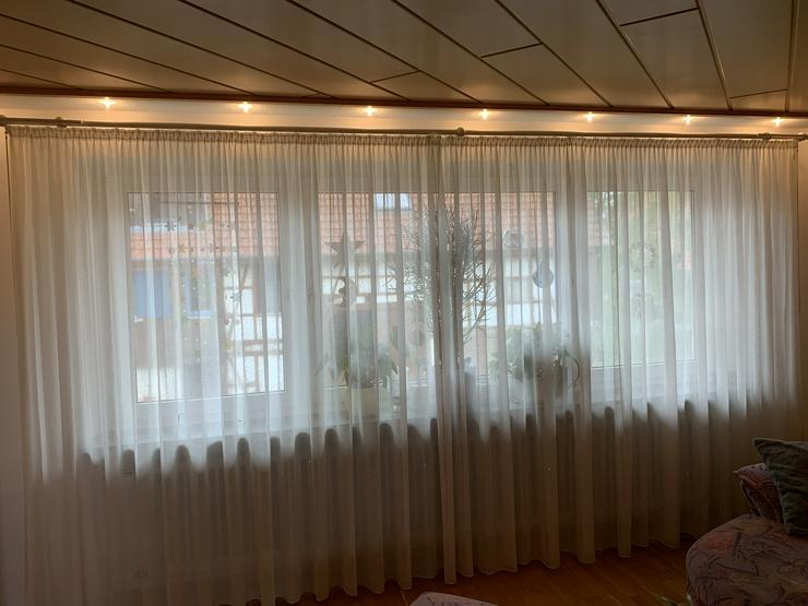 Sehr schöner Fenster-Store, leicht cremefarbig. Feines Muster