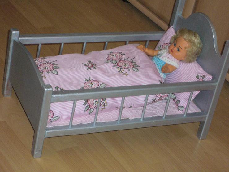 Puppenbett mit Rosenbettwäsche