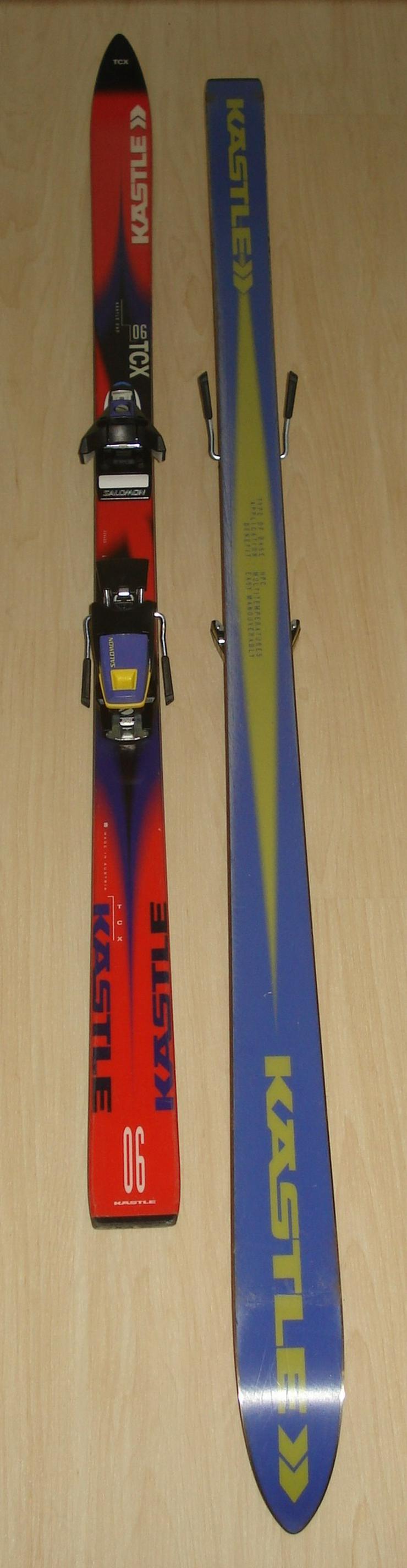 Abfahrts-Skier und Stöcke
