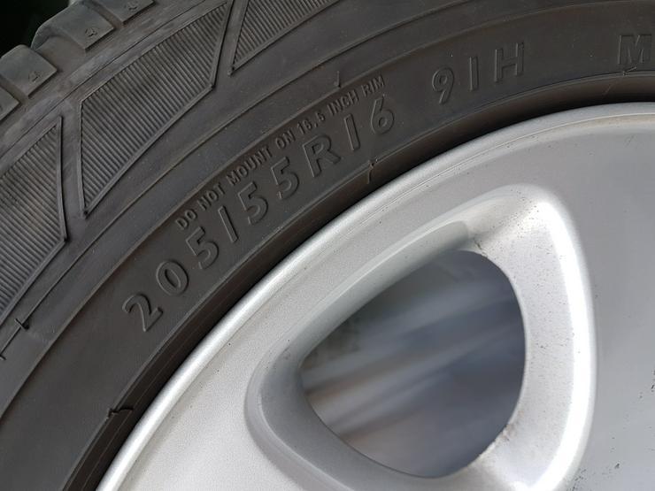 1 Satz Winterreifen auf Original-Mercedes-Alufelgen zu verkaufen
