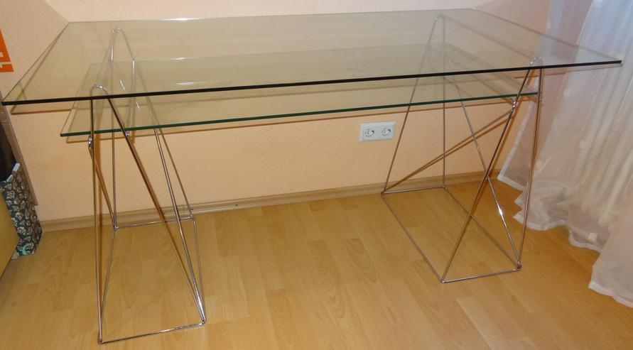 Moderner Glasschreibtisch mit Ablage auf dreieckigen Chrombeinen