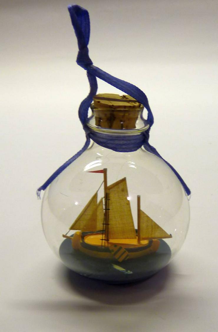 Glaskugel mit Segelbuddelschiff zum Aufhängen oder Hinstellen