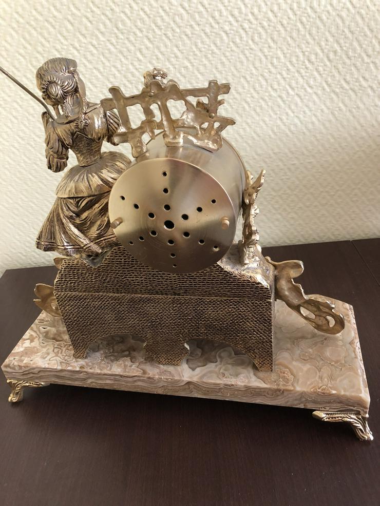 Bild 2: Eine galvanoplastische Tischuhr     VB