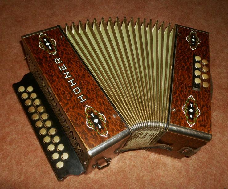 Bild 1: Akkordeon HOHNER Harmonika Wiener 21/8/2 Ton C/F ca.1930er Wurzelholzoptik