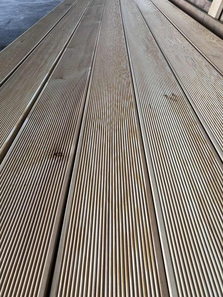Bild 3: Terrassendiele, Sibirische Lärche AB. In 27mm Dick, 142mm Breit, 4500mm Länge.