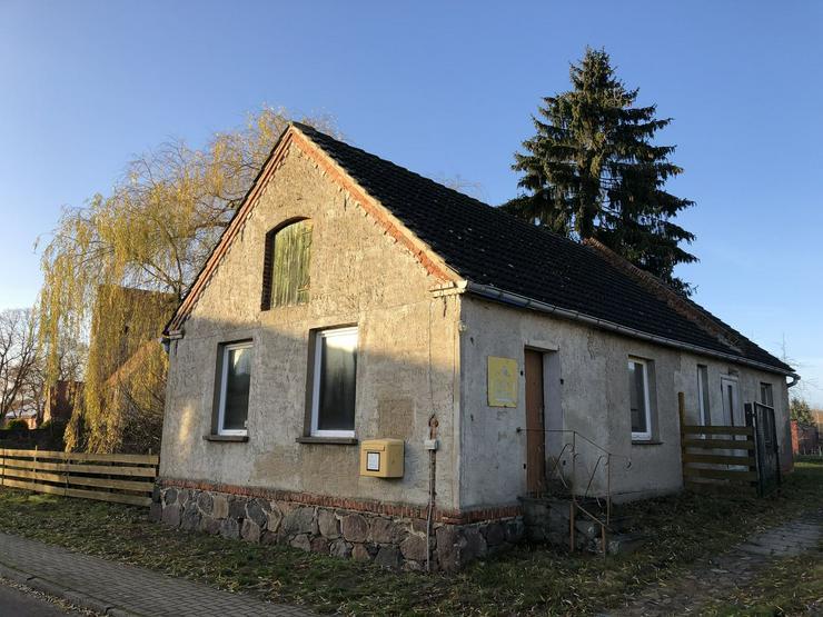 Bild 4: Historisches Schulgebäude mit Nebengelaß in der Altmark nahe Arendsee