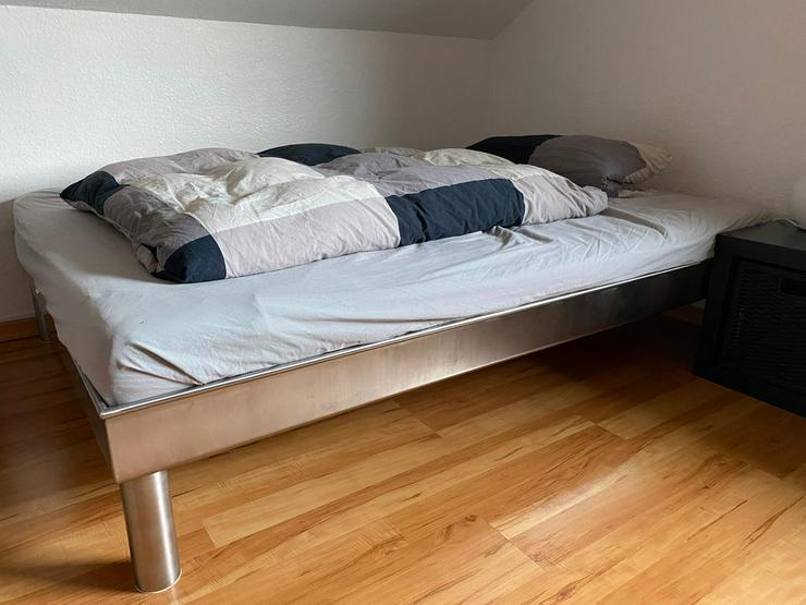 Bett aus Edelstahl