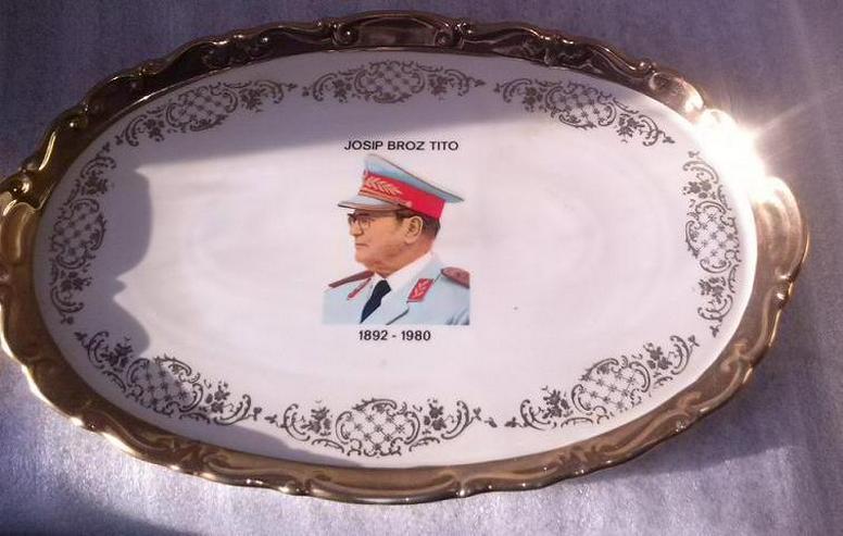 Gedenkteller mit Abbild des ehemaligen Präsidenten Josip Broz Tito ( Јосип Броз Тито ) 1892-1989.  - Teller - Bild 1
