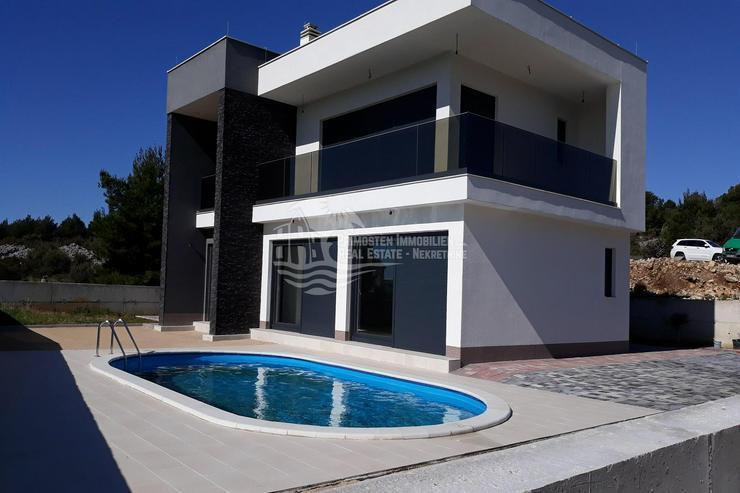 Modernes Haus mit Swimming Pool in der Rohbauphase bei Sibenik