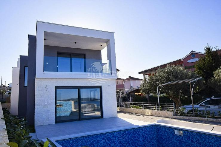 Bild 2: Villa mit moderner Architektur in erster Reihe zum Meer