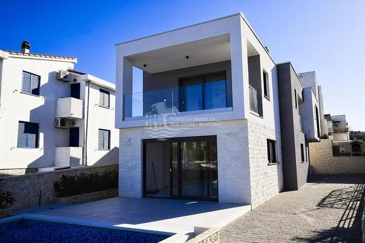 Villa mit moderner Architektur in erster Reihe zum Meer