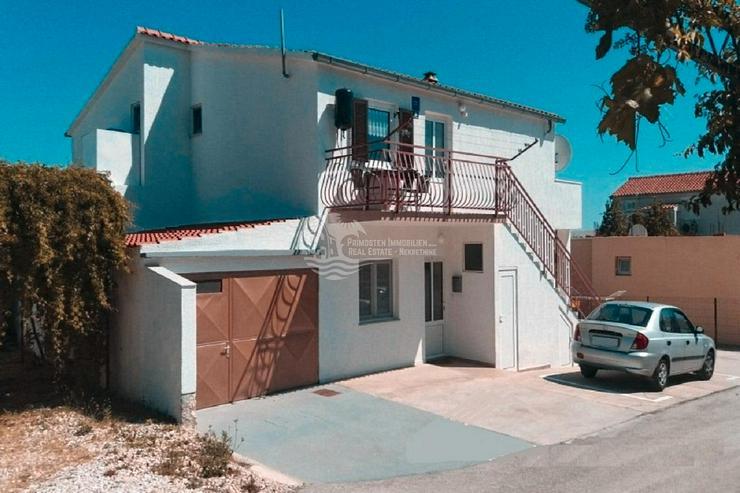 Rogoznica Haus mit drei Apartments und überdachter Terrasse