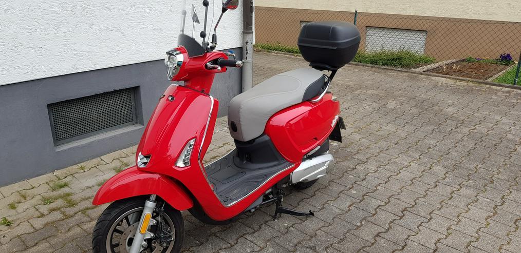 Roller Kymco 125 in Rot