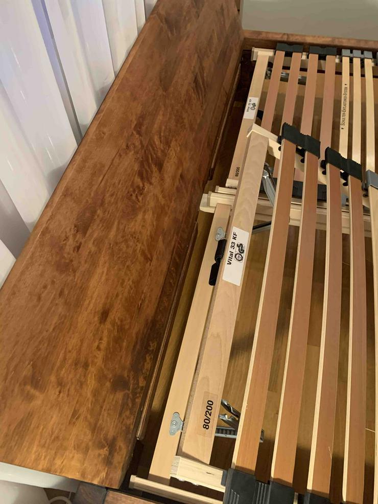 Braunes Masivholzbett (160x200) mit Matratze und Lattenrost