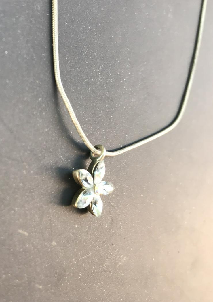 Kette mit Blumenanhänger (auch zu verschicken) - Halsketten & Colliers - Bild 1