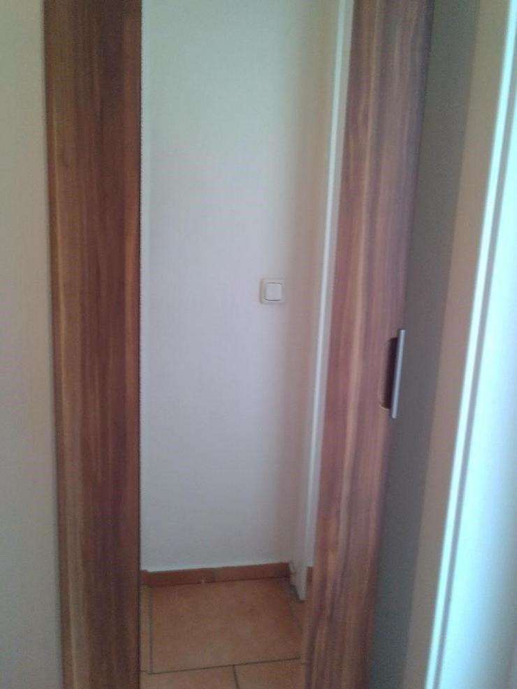 Schlanker Kleiderschrank mit Spiegel