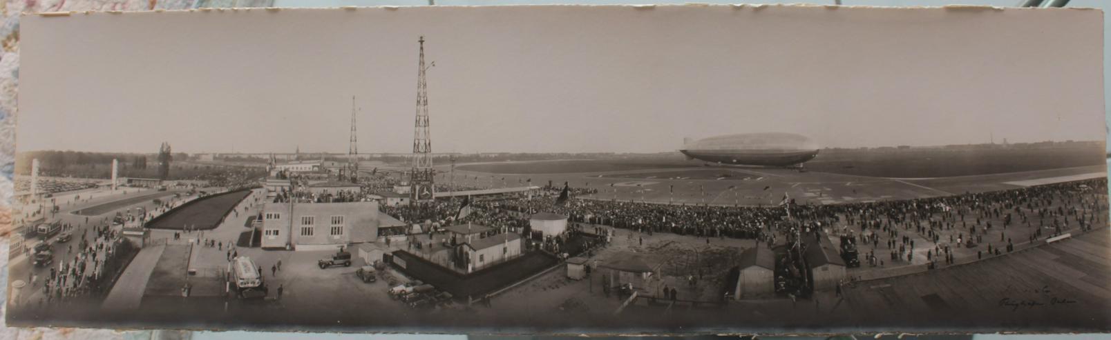 """altes Foto Flughafen Berlin mit Luftschiff """"Graf Zeppelin"""""""